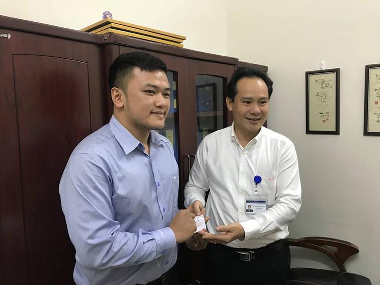 Đại diện Trung tâm Điều phối tạng Quốc gia gửi thẻ ghi nhận đăng ký hiến tạng cho anh Tùng.