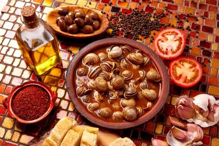 Caracoles, Tây Ban Nha: Những con ốc được luộc nguyên vỏ cùng nước súp cay; khi ăn thực khách sẽ dùng tăm để lấy phần thịt ốc ra.