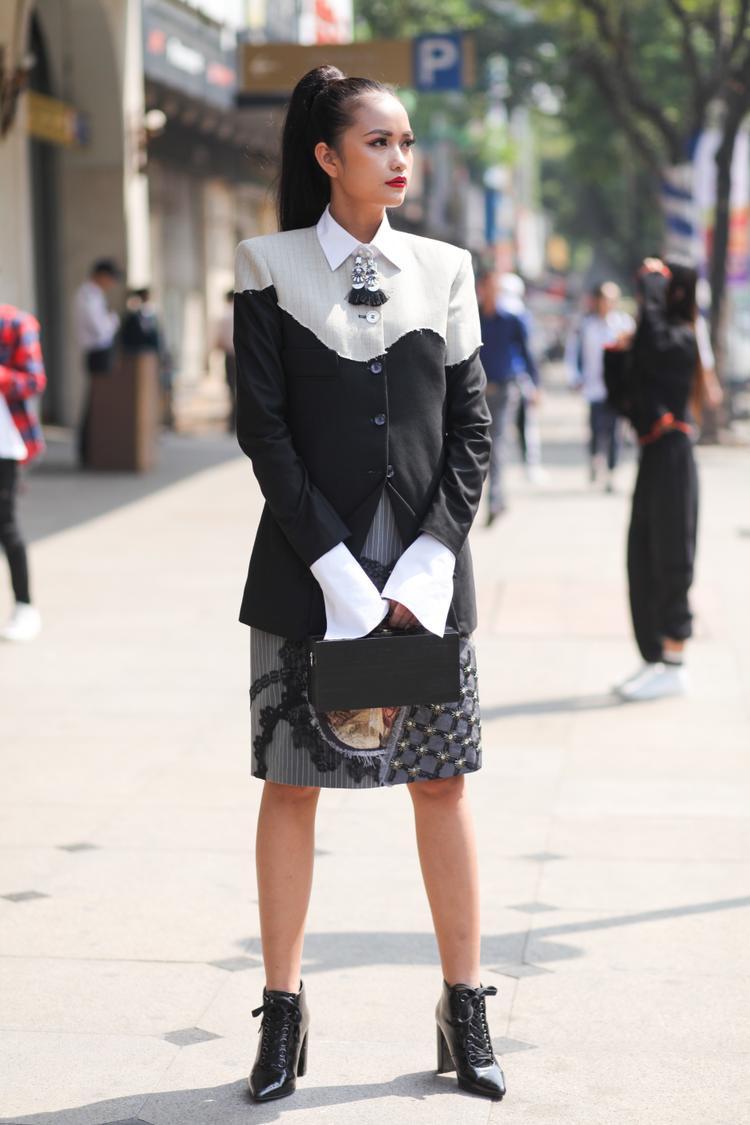 """Tuy nhiên, bộ cánh của Ngọc Châu được so sánh như thời trang của một """"quý cô công sở""""."""