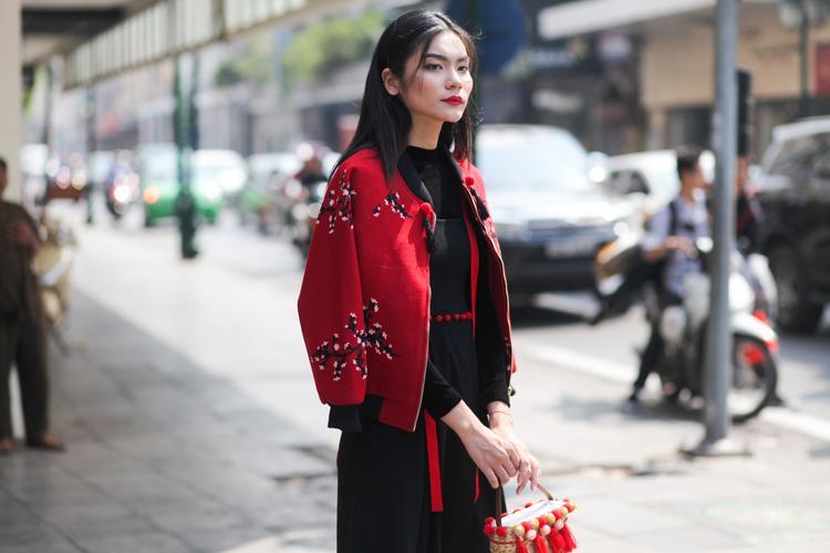 Sau đêm diễn mở màn xuất sắc tối qua tạiTuần lễ thời trang Quốc tế Việt Nam Thu Đông 2017 - Vietnam International Fashion Week Fall Winter 2017, Quán quân Vietnam'sNext top model mùa All Star hôm nay tiếp tục xuống phố khoe street style nổi bật cùng thần thái sắc lạnh của mình.