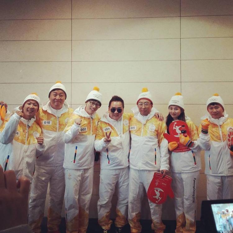 Các thành viên Infinity Challenge tham gia rước đuốc cùng rất nhiều quan chức lớn của Hàn.
