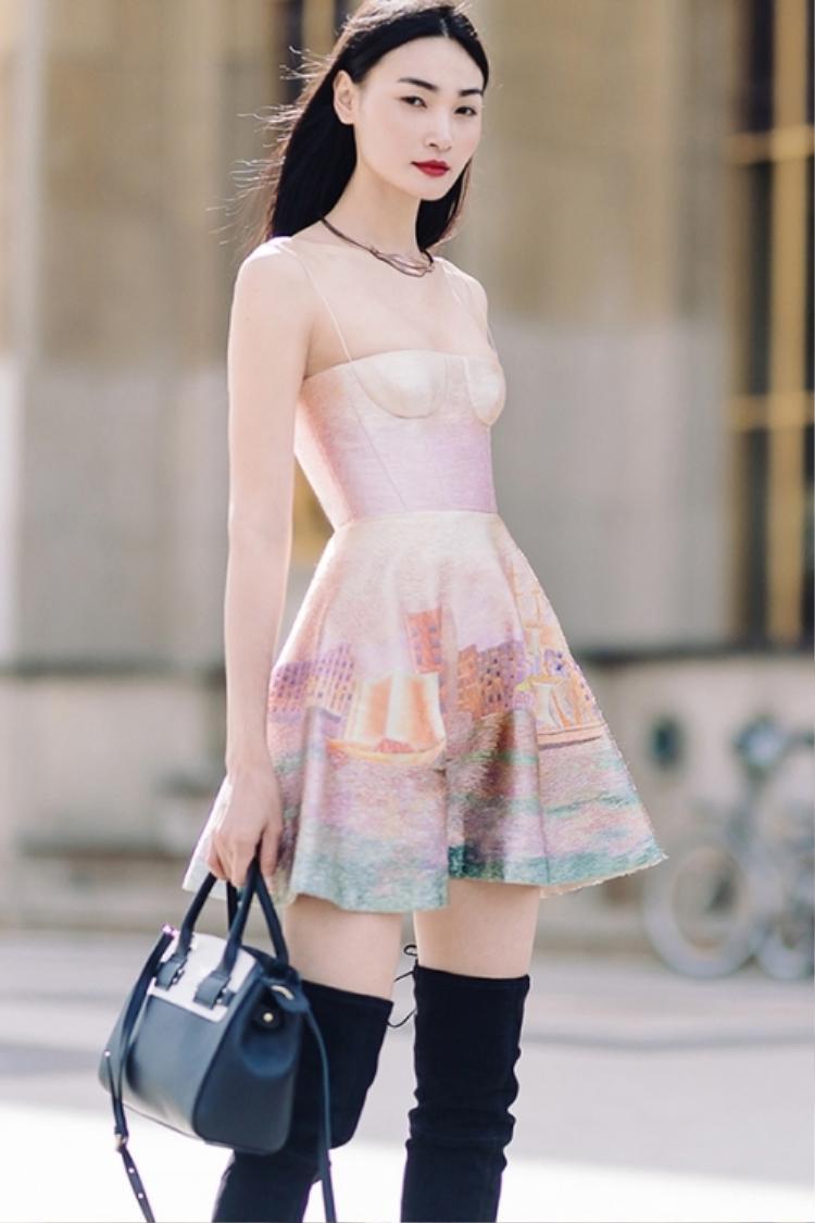 Thùy Trang hoàn thiện set đồ của mình bằng túi xách và boot cùng tông, kết hợp với mái tóc dài đen huyền đậm chất người phụ nữ Châu Á, mang đến sự hoàn hảo tối đa.