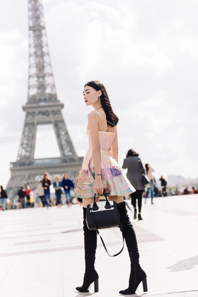 """Thùy Trang lọt vào """"mắt xanh"""" của Women Management khi cô diện bộ cánh này dạo bước trên đường phố Paris. Chân dài cho biết họ đã nói chuyện với cô về mong muốn tìm được một gương mặt mẫu thuần Châu Á, và may mắn thay nhờ chính bộ trang phục đặc biệt gợi cảm mà Thùy Trang diện khi đó, cô đã được người đại diện tuyển chọn."""