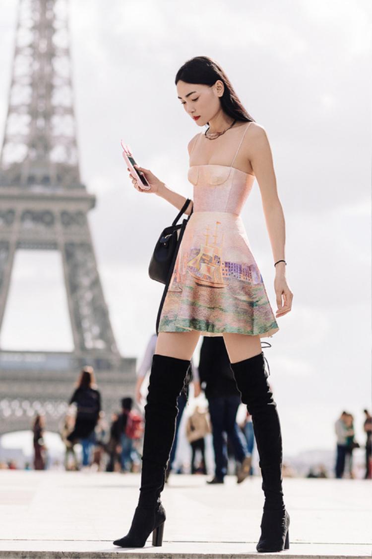 NTK Trần Hùng tiết lộ thân váy được thêu toàn bộ bằng tay bởi 8 nghệ nhân thêu truyền thống với kỹ thuật thêu vô cùng cầu kỳ và tỉ mẩn trong từng chi tiết.