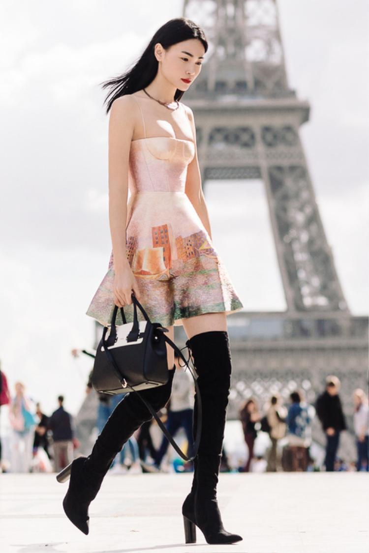 Boots đen cổ cao cùng vòng cổ hình đôi môi Thùy Trang đeo được đúc hoàn toàn bằng đồng bởi những nghệ nhân vịnh Bắc bộ, hài hòa cùng khí chất Á Đông song vẫn rất trẻ trung, cá tính.