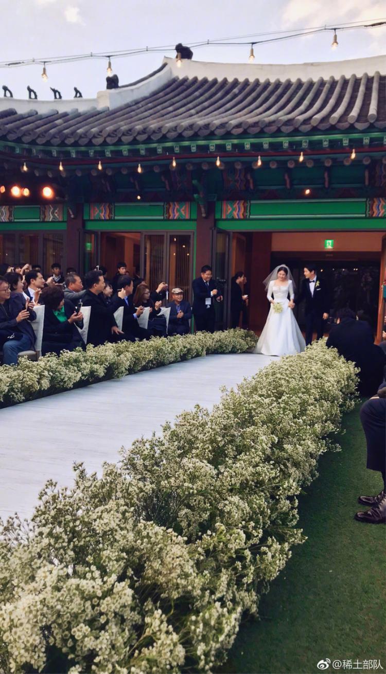 Tổng chi phí tổ chức hôn lễ của Song Joong Ki và Song Hye Kyo khoảng 6 tỷ đồng.