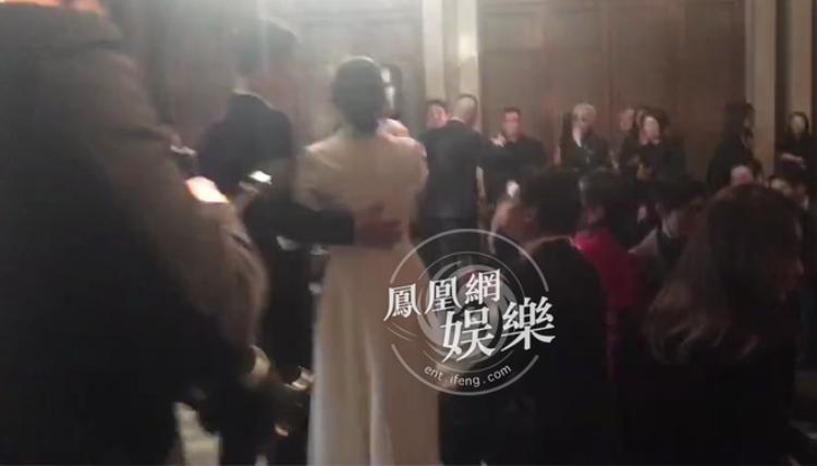 Nhiều người nghi ngờ Song Hye Kyo đã có bầu vì Song Joong Ki dành sự quan tâm đặc biệt cho cô trong suốt buổi tiệc.