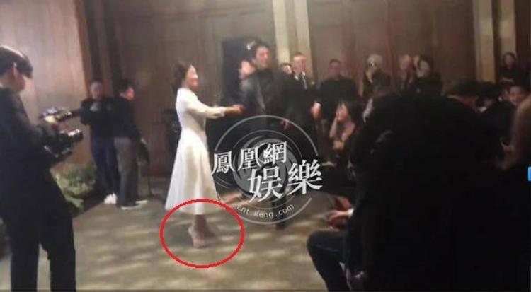 Một số người cho rằng Song Hye Kyo không có bầu vì cô thoải mái giày khá cao gót trong ngày trọng đại.