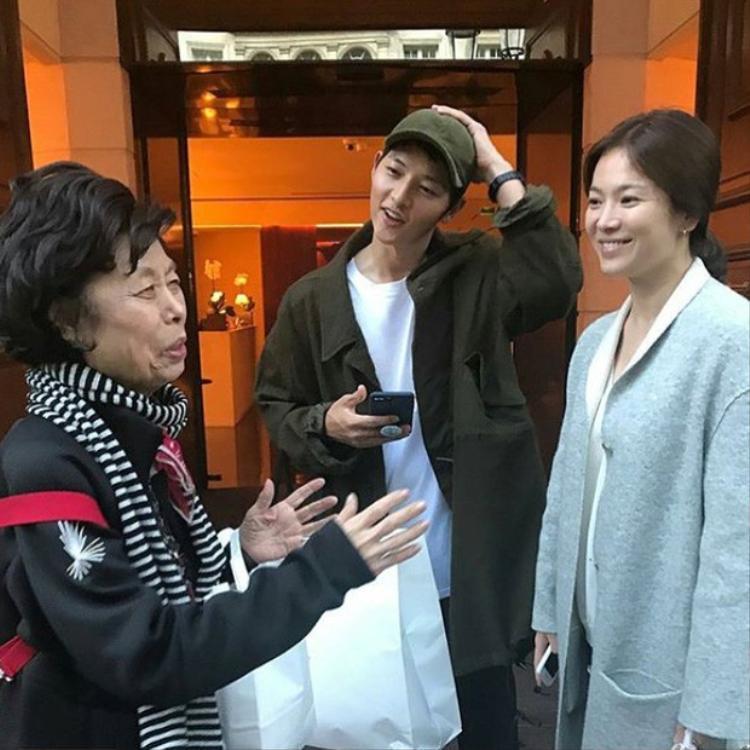 Song Hye Kyo từng dính tin đồn bầu bí khi lộ vòng eo lớn hơn bình thường trong chuyến đi Pháp với Song Joong Ki hồi tháng 9.