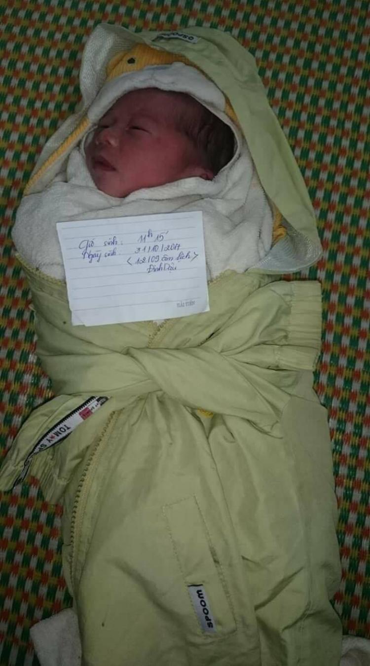 Bé trai 1 tuổi bị bỏ rơi tại cổng trạm Y tế xã Xuân Tiến, huyện Xuân Trường, tỉnh Nam Định.