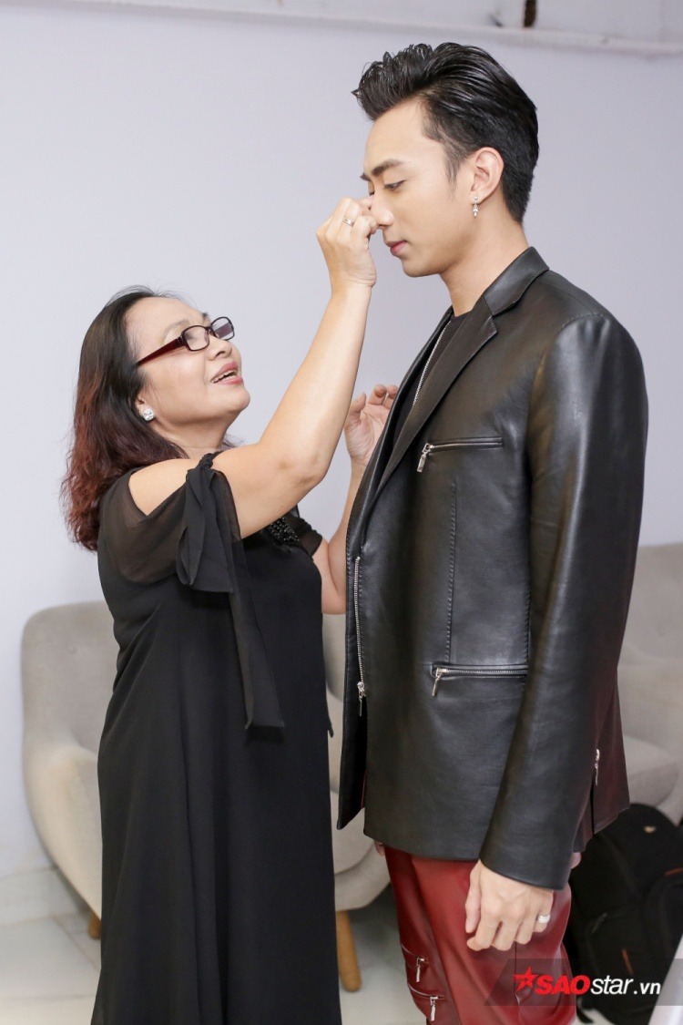 Không chỉ cùng tới buổi ghi hình, mẹ Soobin còn tranh thủ chỉnh trang lại hình ảnh cho con trai trước giờ lên sóng.