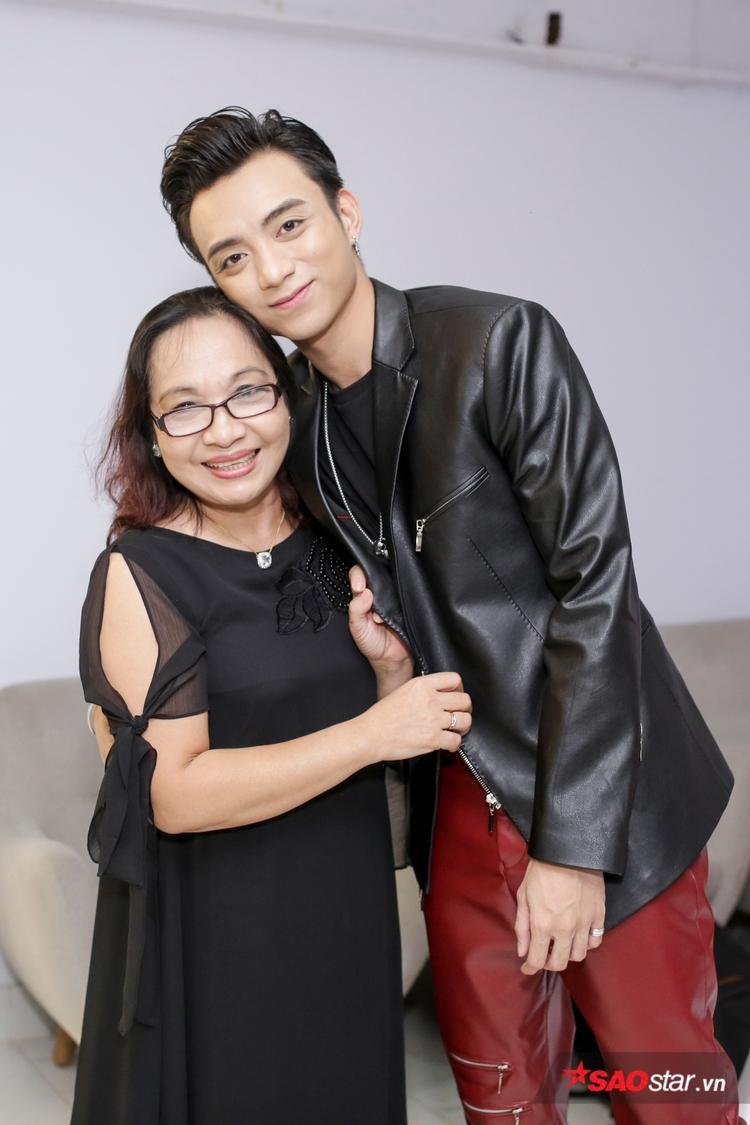 Soobin Hoàng Sơn bên mẹ.
