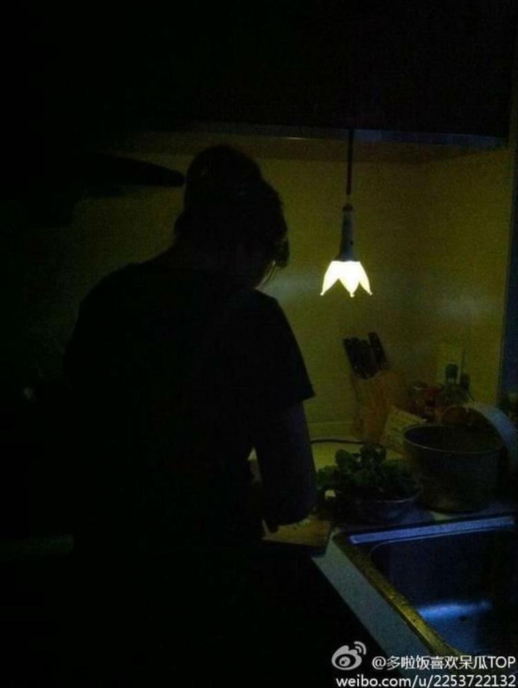 Mất điện? Không thành vấn đề! Lightstick là một dụng cụ chiếu sáng không chỉ trên sân khấu mà còn ở cả cuộc sống thường ngày. Và bạn V.I.P nữ đảm đang này đã biết tận dụng tối đa khả năng của chiếc lightstick khi nhà mất điện. Quá thông minh đúng không nào!