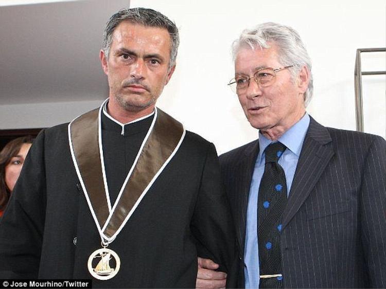 Mourinho mãi không quên cảnh cha bị sa thài ngay giữa bữa ăn Giáng sinh