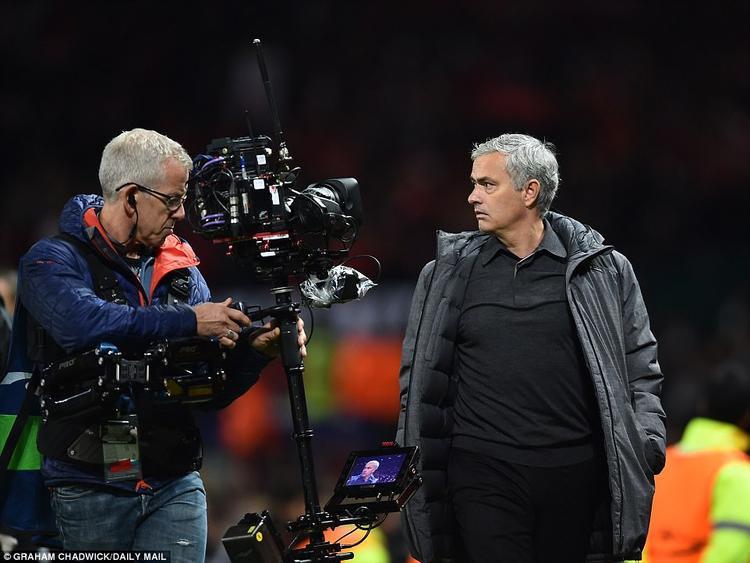 …Nhưng ngoài sân cũng như tan trận, Mourinho không tỏ ra phấn khích.