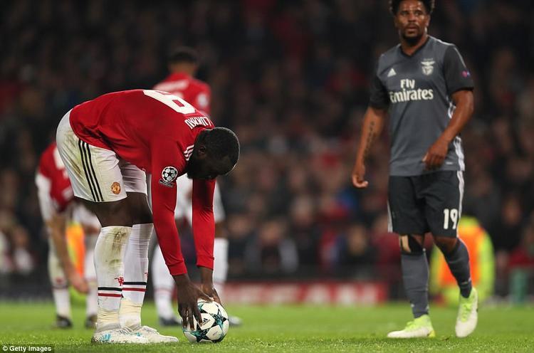 Romelu Lukaku đặt bóng lên chấm 11m để đá phạt đền…