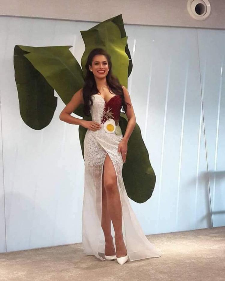 Hoa hậu Malaysia lại đem cả cây chuối rừng đặc trưng của quê hương lên sân khấu Miss Universe 2017. Tuy được đánh giá là mới mẻ, thú vị nhưng cách tạo hình, cùng kỹ thuật may còn khá sơ sài, thiếu tinh tế.