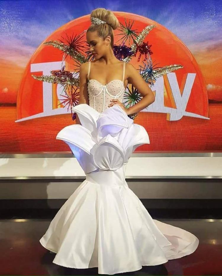 Người đẹp Úc mang đến cuộc thi mẫu váy form dáng đuôi cá, lấy ý tưởng từ nhà hát Con Sò. Gam màu trắng đem lại cảm giác thanh thoát, sang trọng cho người mặc.