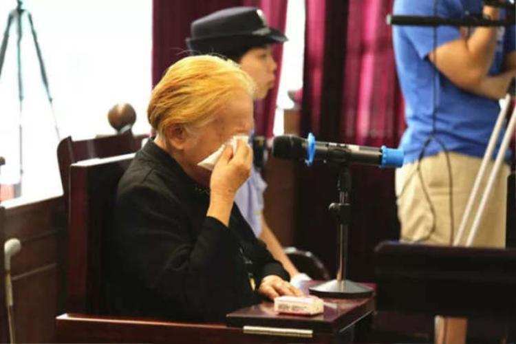 Bà Hoàng ngậm ngùi trong phiên tòa khi nhắc đến người con trai đã khuất.