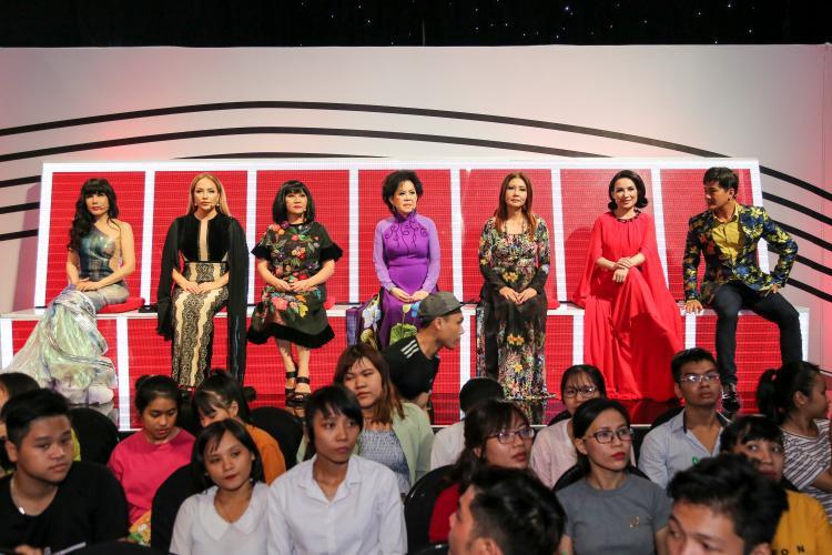 Cùng dàn khách mời gạo cội: Nhật Hạ, Thanh Hà, Cẩm Vân, Giao Linh, Họa Mi, Phi Nhung, Chế Thanh.