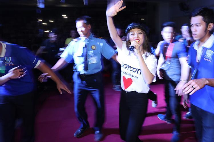 """Trong đêm nhạc với 3.000 khán giả trẻ, ngoài ca khúc mới, Bảo Anh còn trình diễn nhiều bài hát EDM sôi động để """"hâm nóng"""" không khí."""