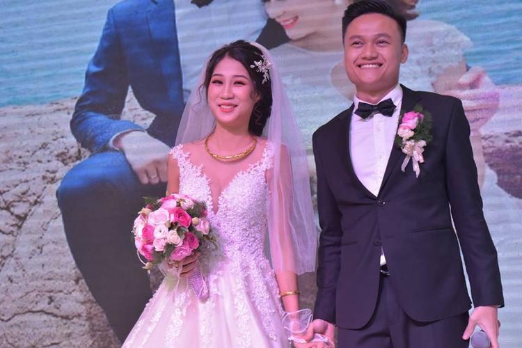 Chú rể nhảy cực sung hit của Sơn Tùng MTP trên sân khấu tặng cô dâu