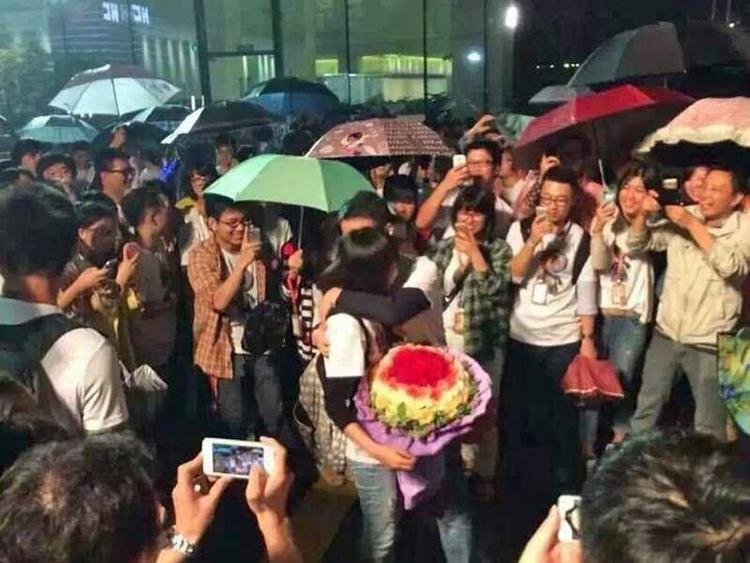 """Toàn bộ nhân viên của Alibaba đã tổ chức một bữa tiệc lớn ngay tại trụ sở của hãng ở Hàng Châu để ăn mừng. Một nhân việc thậm chí coi bữa tiệc như một cơ hội hoàn hảo để tỏ tình với người yêu. Jack Ma nói với nhân viên trong một cuộc họp báo rằng ông hy vọng họ sẽ sử dụng tài sản mới này để biến mình trở thành """"một nhóm người cao quý, một nhóm người có thể giúp đỡ người khác và là những người tử tế, hạnh phúc""""."""