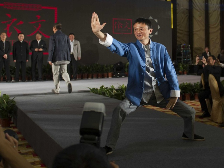 """IPO có thể đã biến Jack Ma thành một người đàn ông giàu có nhưng ông không hề hào nhoáng mà vẫn duy trì lối sống khiêm tốn, giản dị. Xiao-Ping Cheng, một người bạn của Jack Ma, từng nói rằng """"Tôi không nghĩ anh ấy thay đổi nhiều, vẫn là cái phong cách đó"""", theo USA Today. Ông thích đọc và viết truyện về kung fu, chơi Pocker, thiền định và tập luyện Thái Cực quyền."""