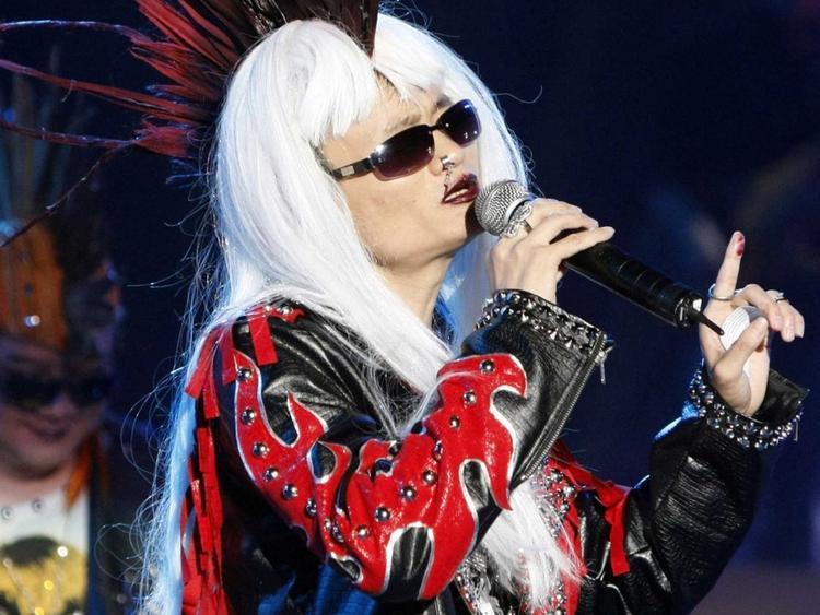 Hàng năm, công ty thường tổ chức các buổi trình diễn tài năng và Jack Ma không ngại tham gia. Trong ảnh, ông ăn mặc như một ca sĩ nhạc Rock và biểu diễn trước 20.000 nhân viên của Alibaba.