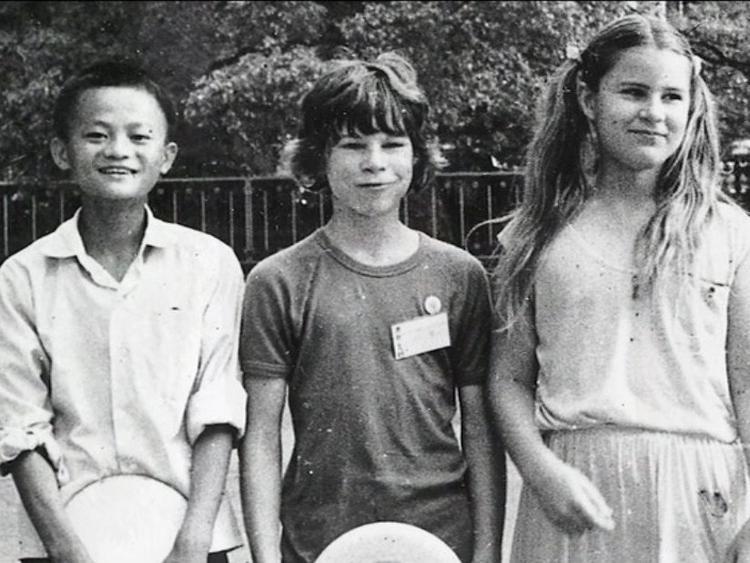 """Sau chuyến thăm của Tổng thống Mỹ Richard Nixon năm 1972, quê hương Hàng Châu của ông trở thành địa điểm du lịch hút khách. Là một thiếu niên đầy nhiệt huyết, Jack Ma bắt đầu thức dậy sớm để thăm quan những khách sạn lớn của thành phố, sau đó làm hướng dẫn viên du lịch để trau dồi khả năng tiếng Anh. Biệt hiệu """"Jack"""" cũng là do một người bạn nước ngoài của ông đặt."""