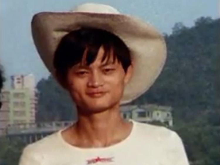 """Dù không có kinh nghiệm về máy tính hay lập trình, Jack Ma đã bị mê hoặc bởi internet khi lần đầu tiên ông được tiếp xúc trong chuyến đi Mỹ năm 1995. Từ khóa tìm kiếm trực tuyến đầu tiên Jack Ma tìm là """"bia"""" nhưng rất tiếc không có một loại bia của Trung Quốc nào hiện ra trong kết quả. Đó là lúc ông quyết định thành lập một công ty trực tuyến cho Trung Quốc."""