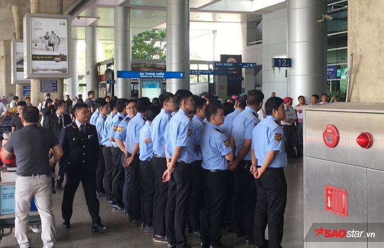 Lực lượng bảo vệ dày đặc đang có mặt tại sân bay Tân Sơn Nhất.