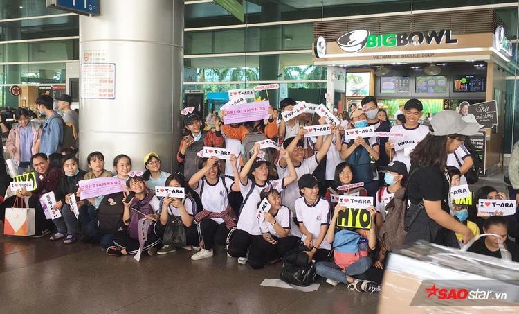Các fan T-ara cũng tập trung từ sớm, chuẩn bị banner, đồ cổ vũ chào đón thần tượng.