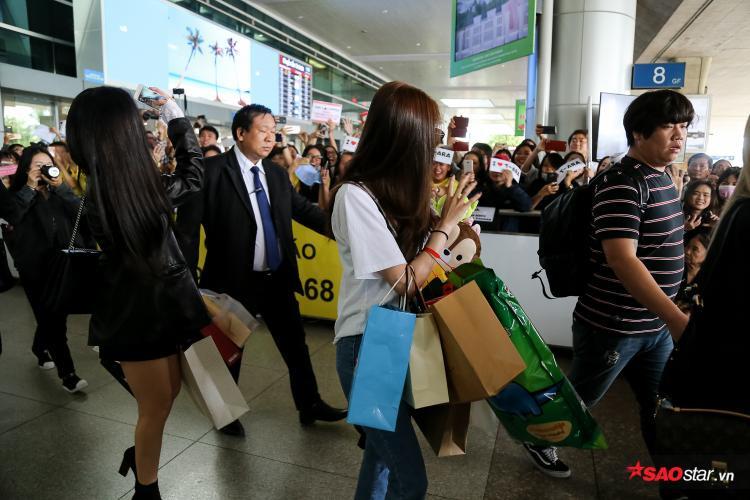 Các cô gái thân thiện vẫy tay chào fan, những người đã có mặt tại sân bay từ rất sớm.