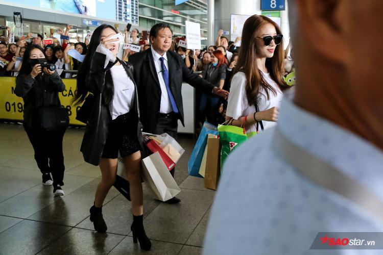 Hyomin đưa điện thoại lên ghi lại sự cuồng nhiệt của fan Việt.