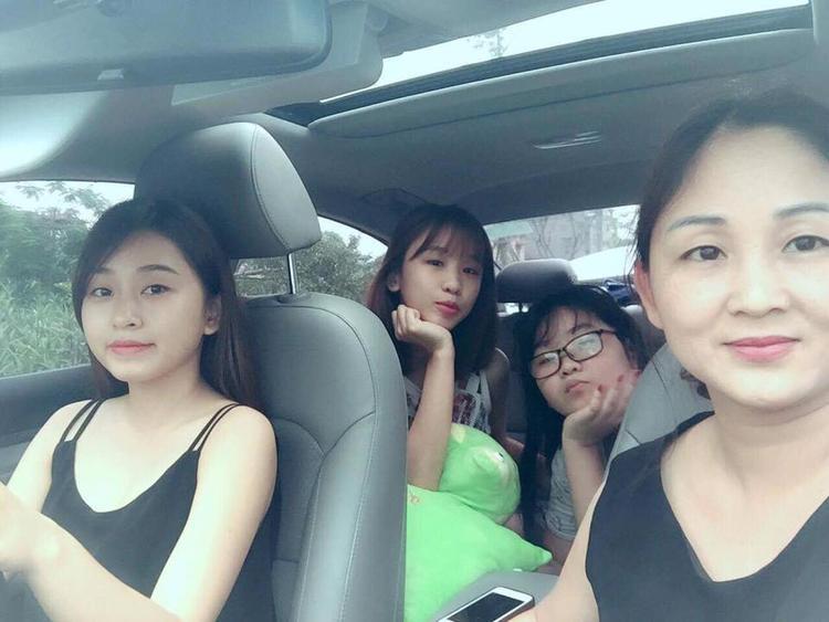 Đăng clip quẩy cùng mẹ và 2 em gái lên mạng, 9X không ngờ cả nhà lại nổi tiếng