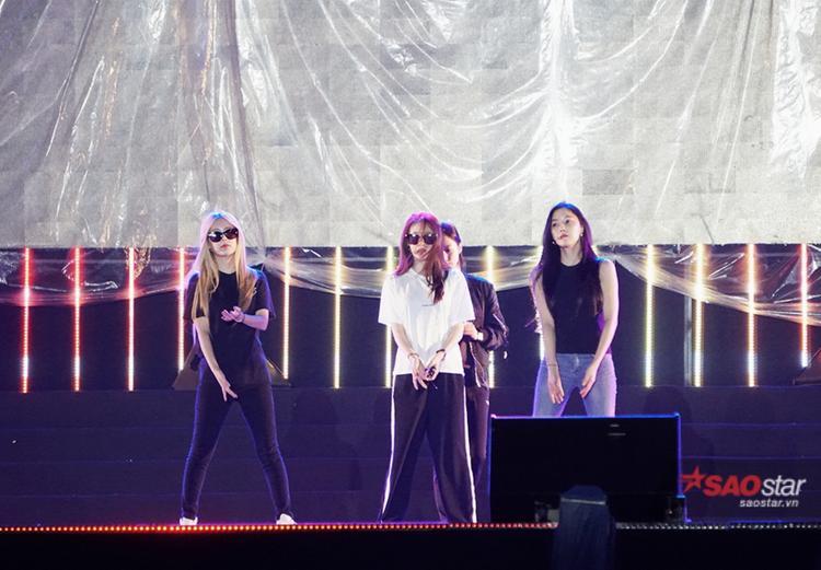 Cả 4 mặc trang phục khá giản dị với áo thun, sơ mi và quần dài.