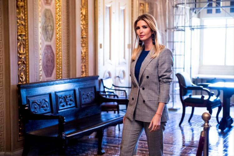 Chiếc áo khoác này của Ivanka Trump có giá chỉ khoảng 126 USD.