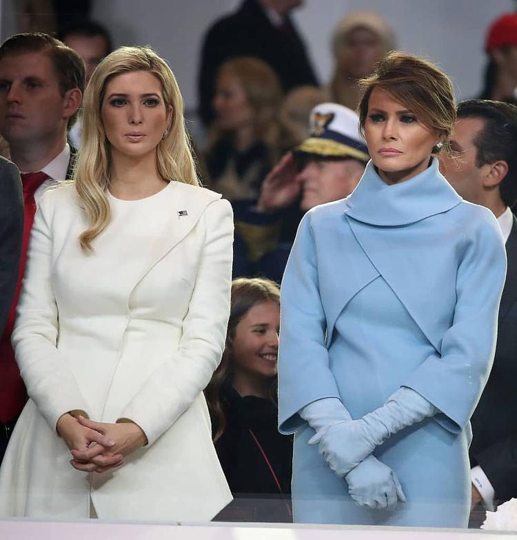 Trong ngày lễ nhậm chức tổng thống của chồng, trong khi nMelania Trump diện bộ Tiffany-blue của Raph Laurent thì Ivanka Trump lại diện bộ váy từ Oscar de la Renta.