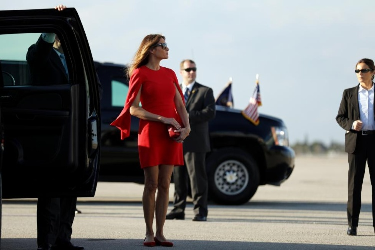 Khi đến sân bay Florida đón chồng sau hai tuần xa cách, bà Melania diện chiếc váy ngắn xẻ tay màu đỏ nổi bật. Bộ váy thêm phần chỉn chu, hoàn hảo khi đi kèm giày bệt và ví cầm tay cùng màu. Chiếc váy thuộc thương hiệu Givenchy, có giá gần 2.100 USD.