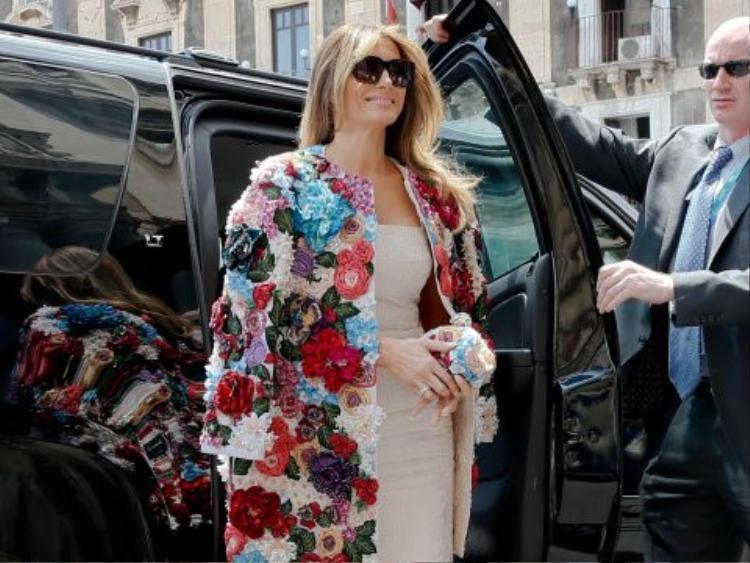 Chiếc áo được đính kết đầy hoa của thương hiệu Dolce&Gabbana có giá trên 1 tỷ đồng khiến phu nhân tổng thống Mỹ nổi bần bật tại sự kiện mà bà tham dự.