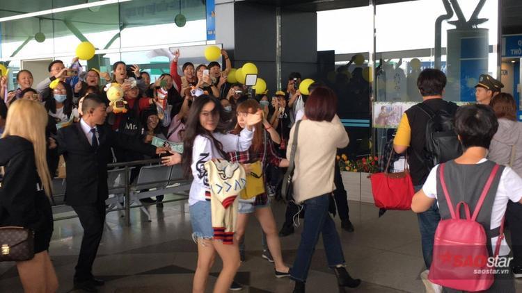 Tuy đã có đêm diễn dài và mất sức nhưng các cô nàng vẫn tươi rói khi gặp fan và còn thân thiện vẫy chào, dù phải di chuyển thật nhanh để kịp chuyến bay.