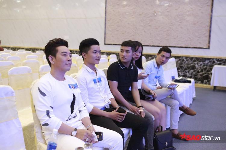 Ca sĩ Đoàn Việt Phương (trái ngoài cùng) từng rất nổi tại các tỉnh miền Tây cũng bất ngờ có mặt trong chương trình.