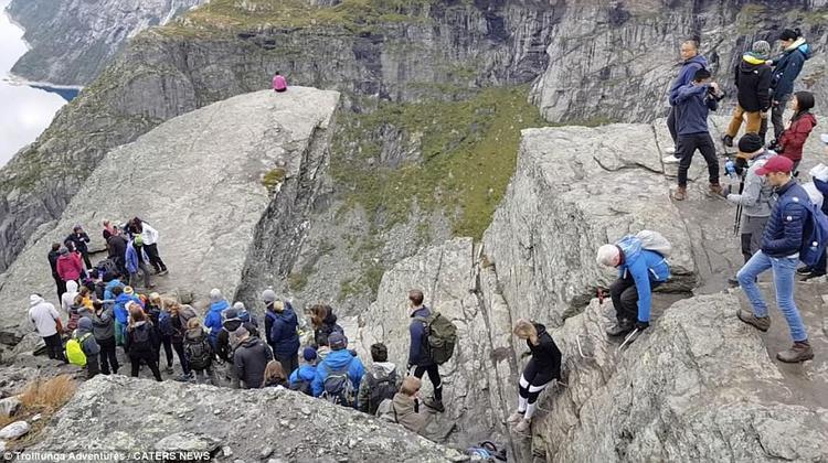 Để có được một bức ảnh sống ảo, du khách phải leo núi trong 6 giờ, đi khoảng 100 dặm về phía đông của thành phố Bergen.