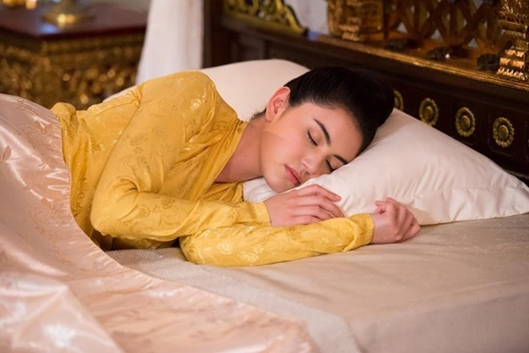 Praenuan ngủ trên chiếc giường cổ và được xuyên không về quá khứ.