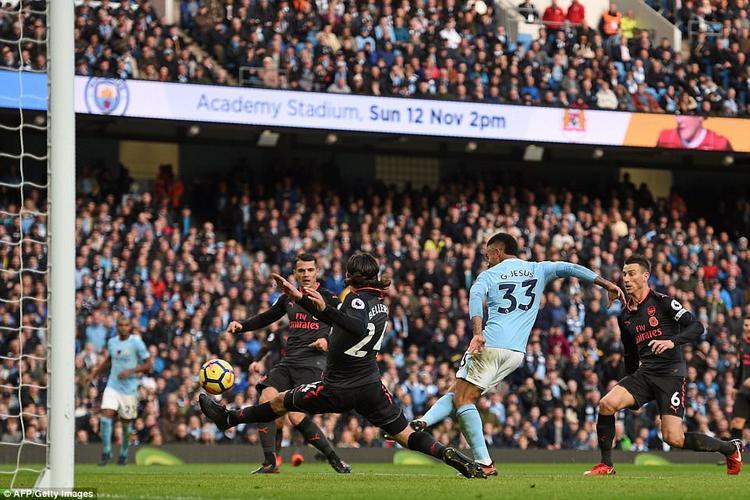 Gabriel Jesus ấn định tỷ số 3-1 cho Man City trong tình huống gây tranh cãi nhất trận này.
