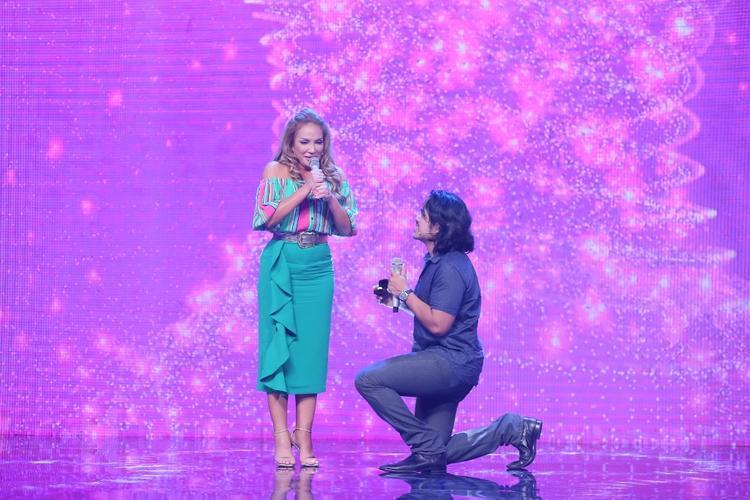 Bạn trai Roland cầu hôn nữ danh ca Thanh Hà ngay trên sân khấu.