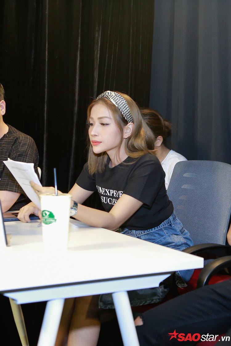 Nữ giám khảo chăm chú đọc profile của thí sinh.