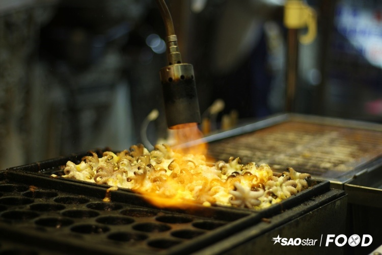 Bánh bạch tuộc Đài Loan khác bánh bạch tuộc Nhật ở những con bạch tuộc được cho lên mặt bánh rồi làm chín bằng hơi nóng từ ngọn lửa khè. Giá một phần bánh bạch tuộc (5 cái) khoảng 60 tệ (42.000 đồng).