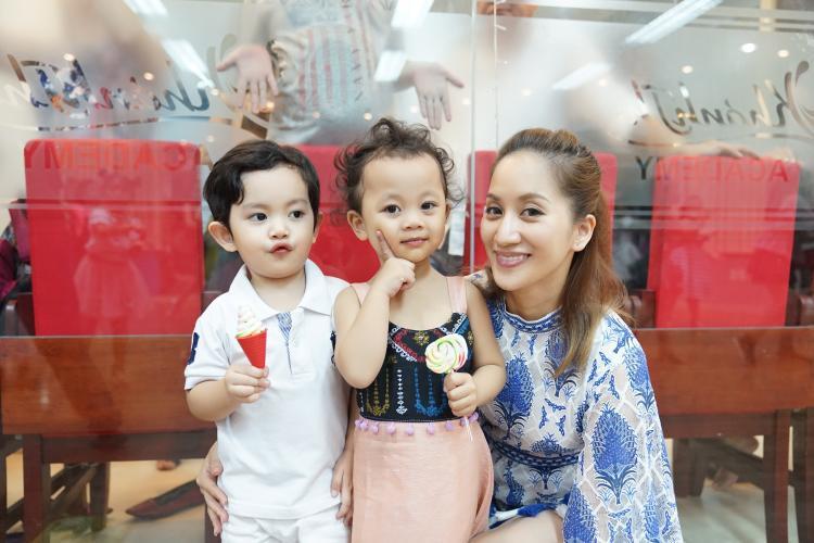 Với sự đáng yêu ấy, nội dung lại phù hợp với các bé nhỏ trong đó có Kubi nhà Khánh Thi - Phan Hiển, cả hai vô cùng hào hứng thực hiện cho Kubi (áo trắng) clip này.